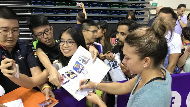 VIDEO Ce spune Halep despre Wozniacki și imagini autograph session