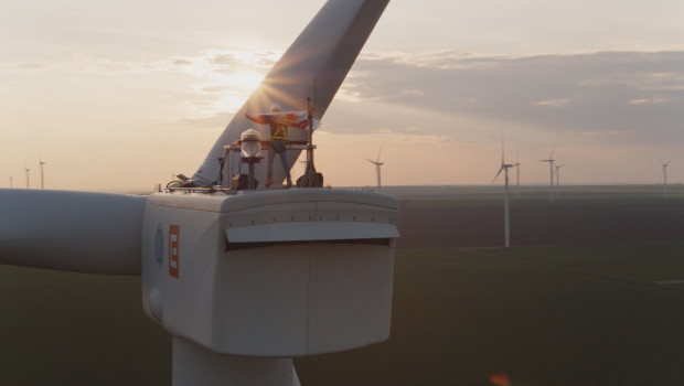 Premieră la nivel mondial: primul DJ care mixează de pe o turbină eoliană, la 100 metri inălțime